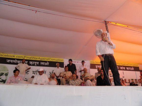 Anupam Kher addressing Team Anna's supporters at Jantar Mantar on Thursday