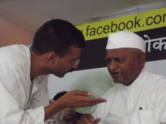 Anna Hazare listens to Kejriwal during their ongoing indefinite anti-graft fast in New Delhi