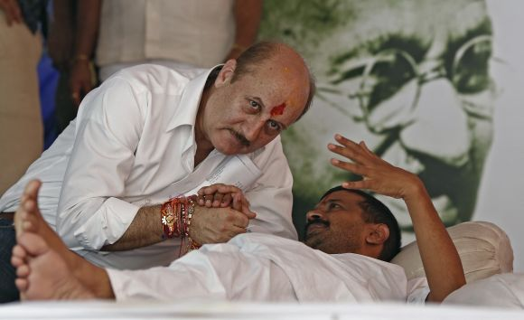 A fasting Kejriwal speaks to Anupam Kher in Jantar Mantar on Thursday