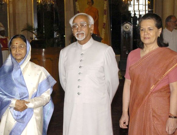 Hamid Ansari flanked by former President Pratibha Patil and Congress president Sonia Gandhi