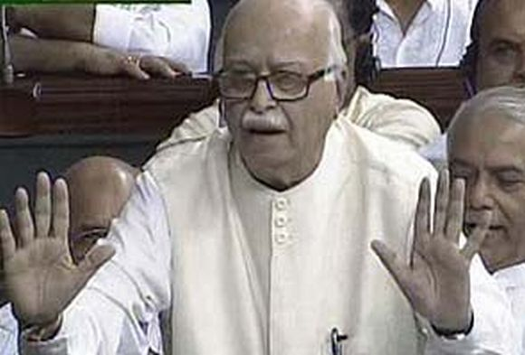 Advani makes Sonia angry as chaos reigns in Parliament