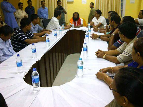 Sri Sri Ravi Shankar meeting representatives of various Bodo organisations at the Kokrajhar Circuit House