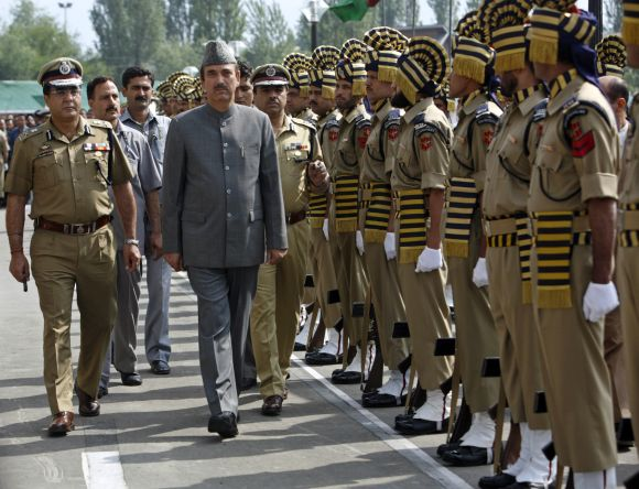 Ghulam Nabi Azad inspects the guard of honour