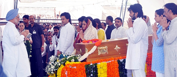 Prime Minister Manmohan Singh pays tribute to Deshmukh. Also seen are Deshmukh's widow  Vaishali and his sons Amit and Riteish