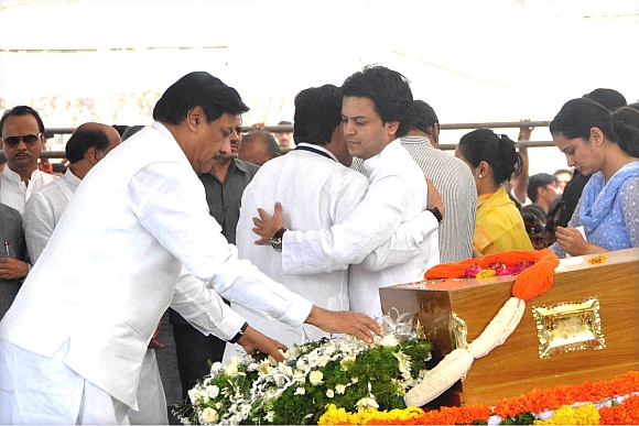 Maharashtra CM Prithviraj Chavan pays his final respects to Deshmukh