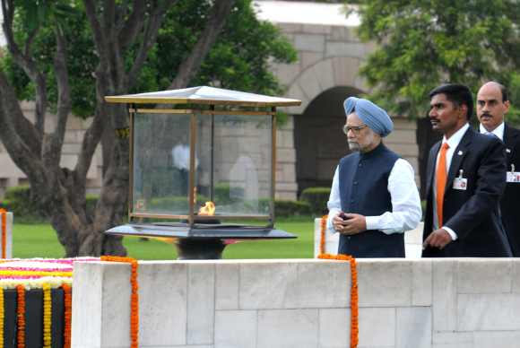 Dr Singh visits Rajghat on occasion of 66th Independence Day