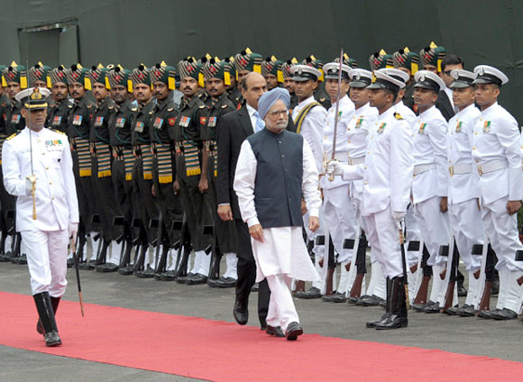 Dr Singh inspecting the Guard of Honour at Red Fort