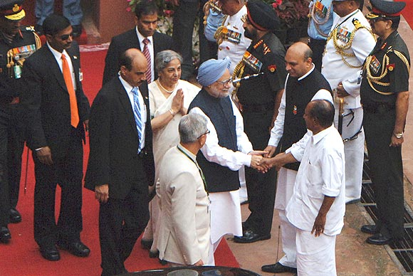 PM and his wife Gursharan Kaur being received by Defence Ministeri A K Antony on his arrival at Red Fort