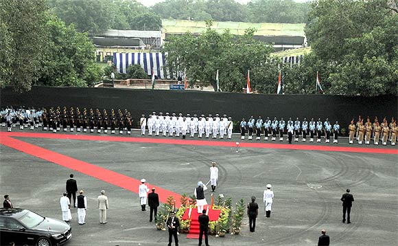 PM receives the Guard of Honour from the saluting dias at Red Fort