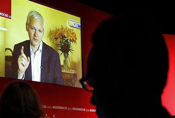Ecuador angers Britain, grants asylum to Assange