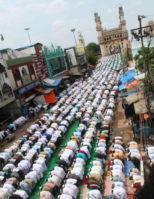 More than a lakh Muslims offered prayers at Hyderabad's historic Mecca Masjid on Jummatul Vidaa or the last Friday of Ramzan today.