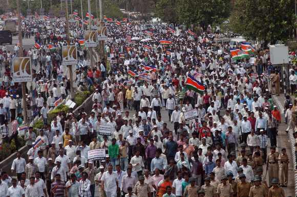 MNS supporters head to Azad Maidan to hear Thackeray's speech