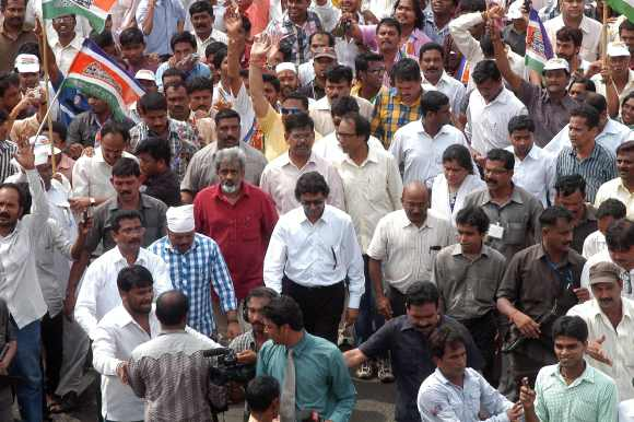 Thackeray leads the protest from Girgaum Chowpatty to Azad Maidan