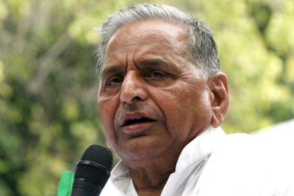 Coal-gate: Mulayam leads dharna outside Parliament
