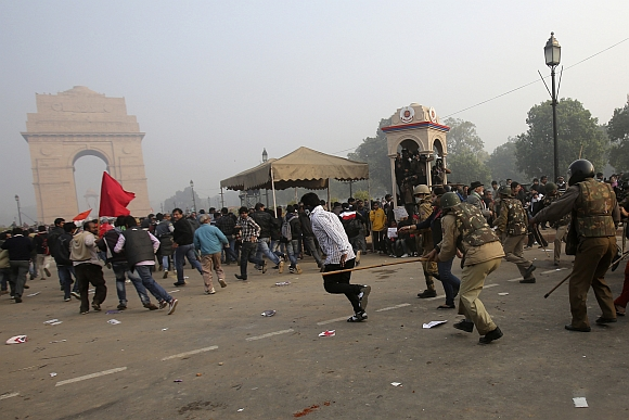 Delhi police charge at demonstrators at India Gate with lathis on Sunday