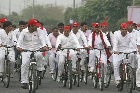Akhilesh Yadav raking part in cycle rally with his supporters