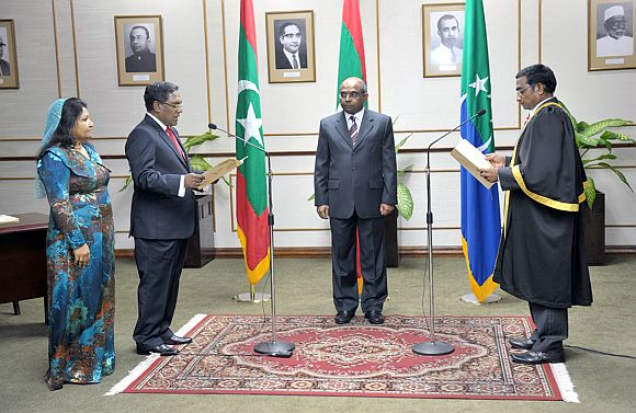 Dr Mohamed Waheed (left) taking the oath of office as Maldives president