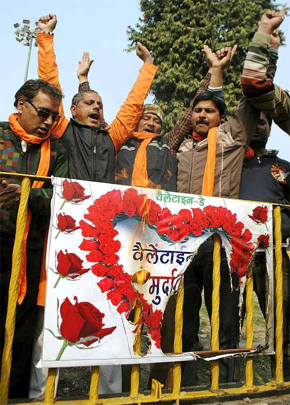 Shiv Sena, MNS to woo young voters on V-Day