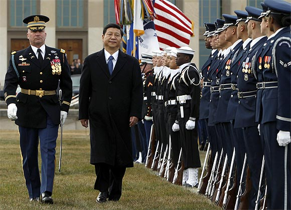 Xi Jinping reviews the honor guard during an arrival ceremony at the Pentagon in Washington