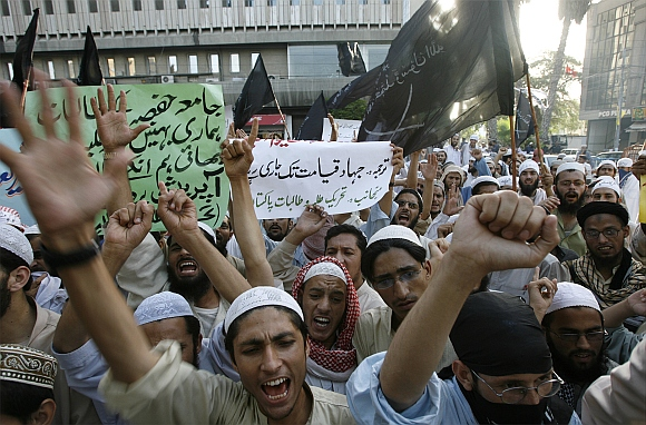 Islamic students chant anti-government slogans during a rally organized by Tehrik-e-Taliban