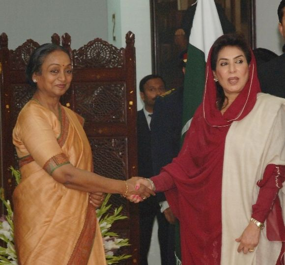 Meira Kumar shakes hand with Fehmida Mirza at the Pakistan national assembly in Islamabad