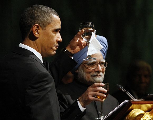 US President Barack Obama and PM Singh make a toast during a state dinner at the White House, on November 24, 2009.