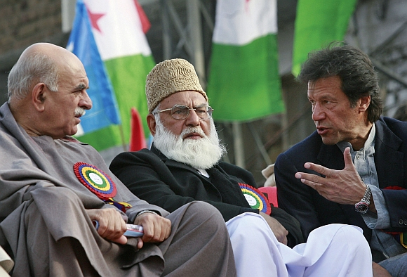 Leaders of the opposition, All Parties' Democratic Movement, Imran Khan (R), Mehmood Khan Achakzai (L) and Qazi Hussain Ahmed talk during a rally in Rawalpindi.