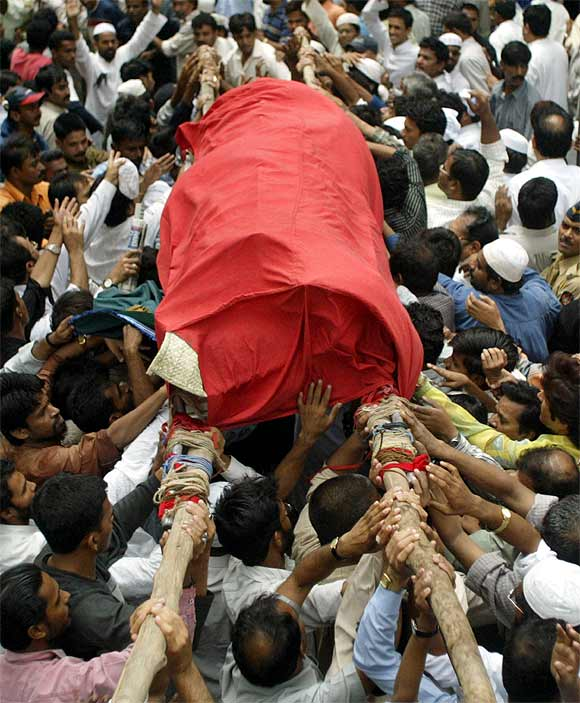 Relatives and family friends carry for burial the body of slain Ishrat Jahan