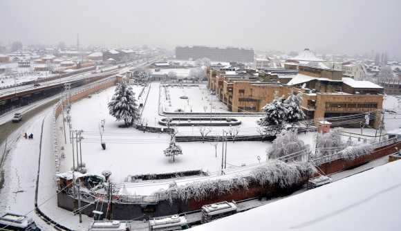 Heavy snowfall whitewashes Kashmir