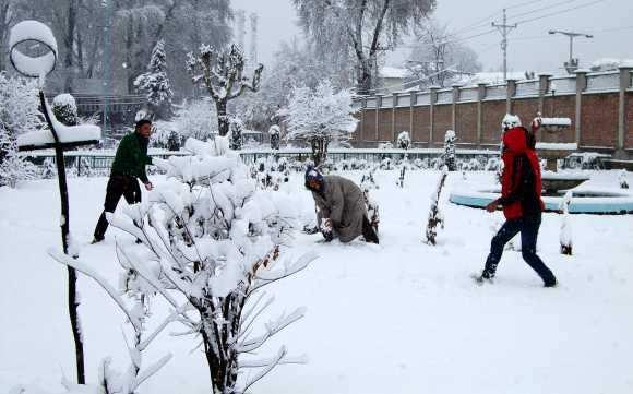 Heavy snowfall whitewashes Kashmir