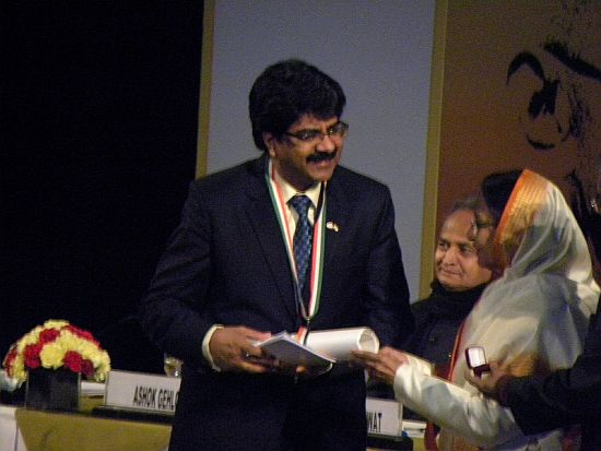 Satish Thakkar receiving the award on behalf of the Indo-Canada Chamber of Commerce, Canada