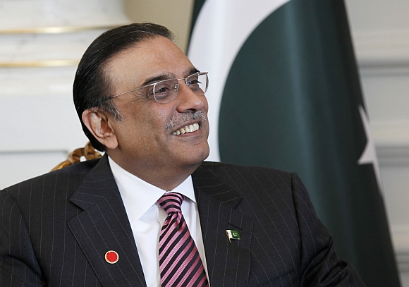 Zardari invites Dr Singh to Pak; offers trip to ancestral village