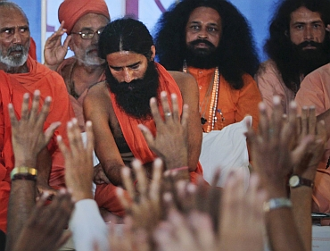 Supporters of Ramdev beat up the protestor