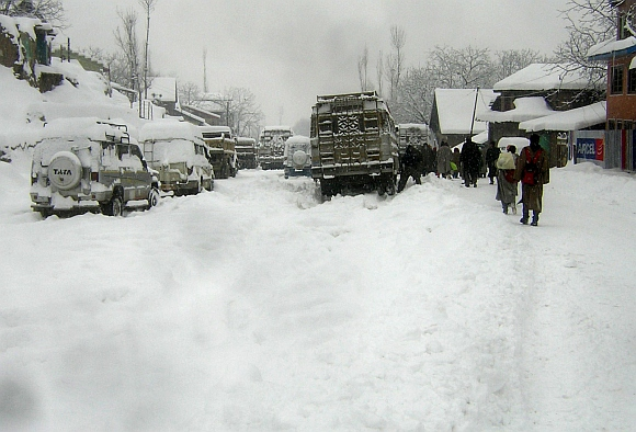 Stranded vehicles at the Srinagar-Gulmarg road