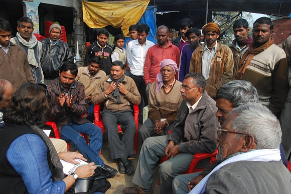 The villagers of Paharpur discuss their lives with Sheela Bhatt and Sharat Pradhan