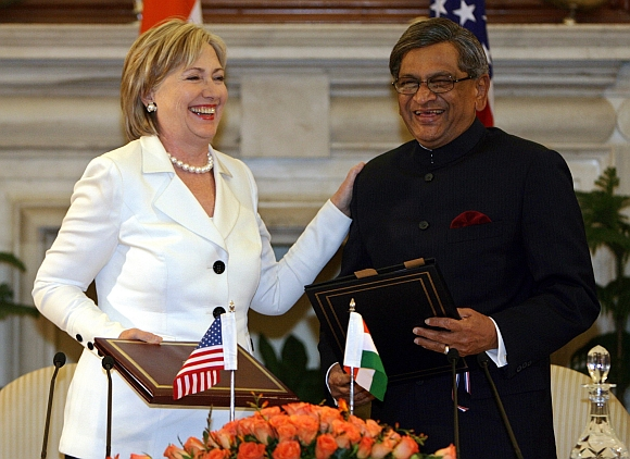 US Secretary of State Hillary Clinton with External Affairs Minister SM Krishna during the signing of agreements ceremony in New Delhi July 20, 2009. The United States and India said they had agreed on a defence pact that takes a major step towards allowing the sale of sophisticated U.S. arms to the South Asian nation as it modernises its military