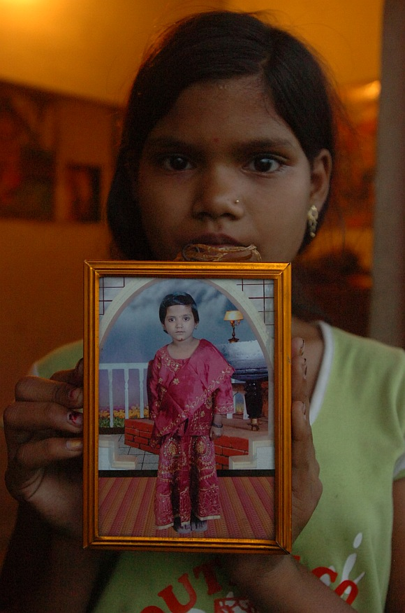 Kiran Thakre, Yogita's eldest sister, displays her photograph