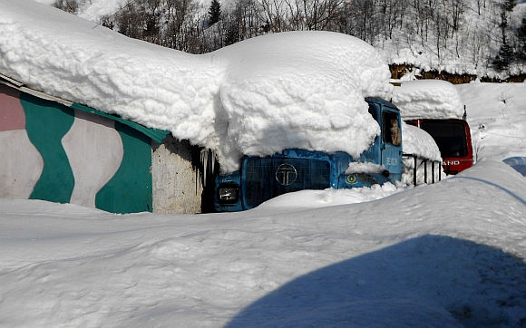 A truck under heavy snow at Jawahar Tunnel