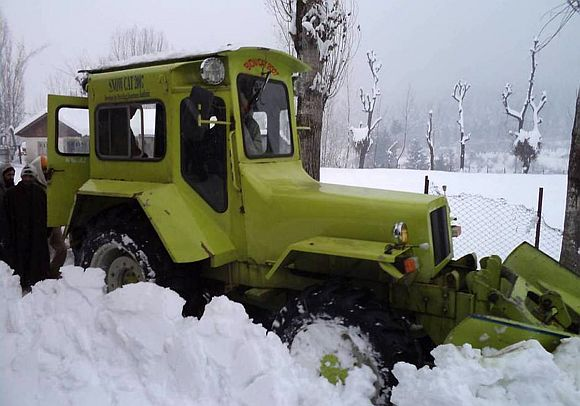 Beacon workers clear a snow-clogged Jammu Srinagar highway on Saturday