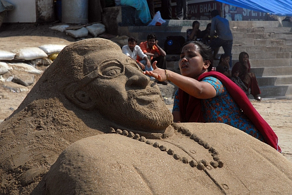 Sculptor Lakshmi  Kamble makes a sand portrait of Bal Thackeray
