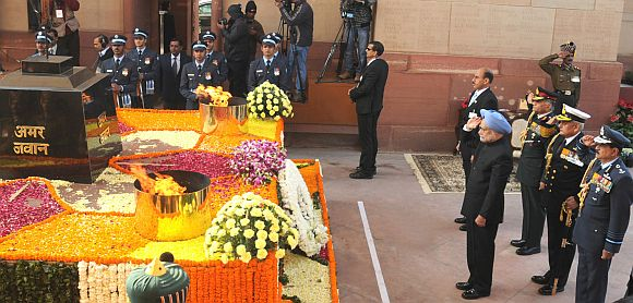 Prime Minister Manmohan Singh paying homage at the Amar Jawan Jyoti at India Gate