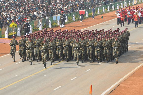 Parachute marching contingent passes through the Rajpath
