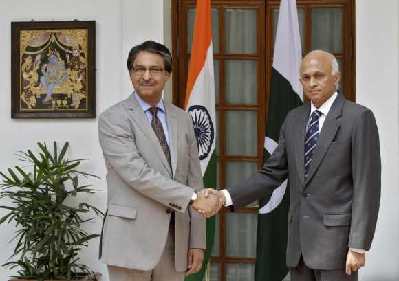 Foreign Secretary Ranjan Mathai shakes hands with his Pakistani counterpart Jalil Abbas Jilani during a photo opportunity before their delegation level talks in New Delhi July 4