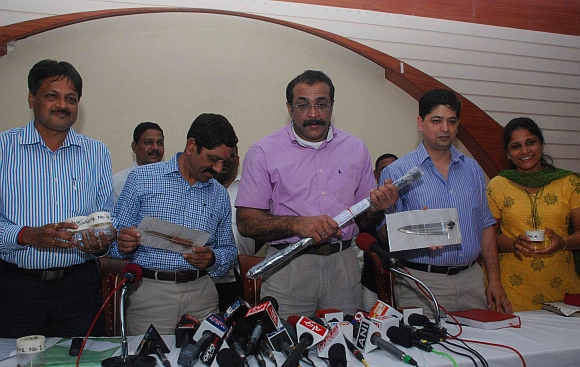 Joint Commissioner of police (crime) Himanshu Roy displays the weapons used in the murder at a press conference in Mumbai
