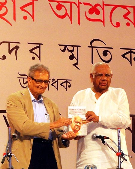 Somnath Chatterjee with Nobel Laureate Amartya Sen at the launch of the Bengali version of his book, Keeping the Faith: Memoirs of a Parliamentarian