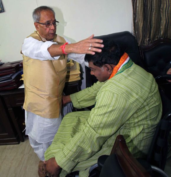 Congress leader Ajit Jogi seeks Pranab Mukherjee's blessings as he visited his residence to congratulate him on Sunday