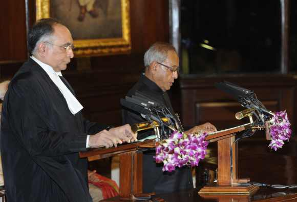 Pranab Mukherjee administered the oath of office by Chief Justice SH Kapadia