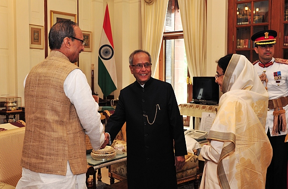 President Pranab Mukherjee being congratulated by Dr Devisingh Ramsingh Shekhawat and the outgoing President, Pratibha Devisingh Patil at Rashtrapati Bhavan on his arrival, at Rashtrapati Bhavan, in New Delhi