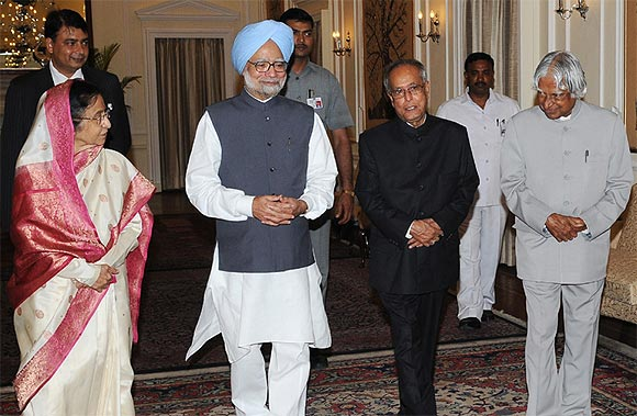 President Pranab Mukherjee with former Presidents Pratibha Patil and APJ Abdul Kalam and Prime Minister Manmohan Singh