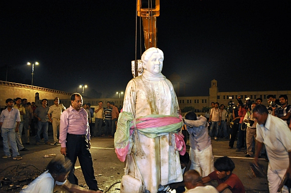 Mayawati's statue being reinstalled in Lucknow on Thursday night